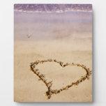Corazón dibujado en arena en la playa - plantilla  placa de plastico