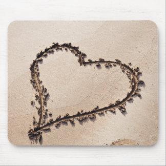 Corazón dibujado en arena en la playa - plantilla tapete de raton