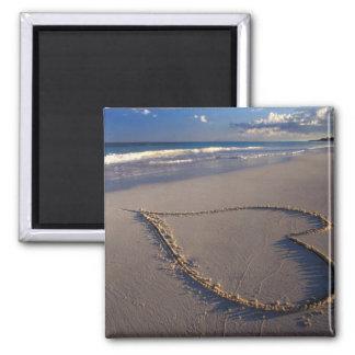 Corazón dibujado en la playa imán cuadrado
