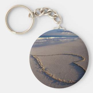 Corazón dibujado en la playa llavero personalizado