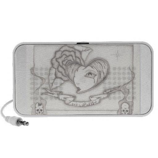 corazón dibujado mano del diseño con el griterío d laptop altavoces
