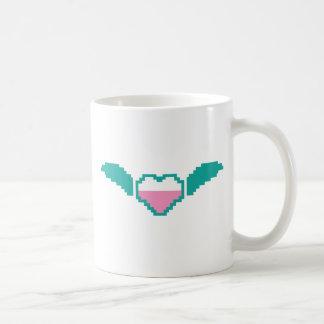 Corazón digital lindo con las alas taza básica blanca