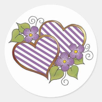 Corazón doble con las rayas púrpuras y blancas pegatina redonda
