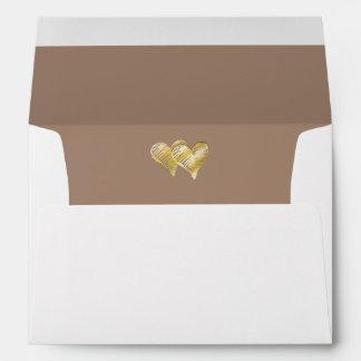 Corazón doble grabado en relieve oro de color topo sobres