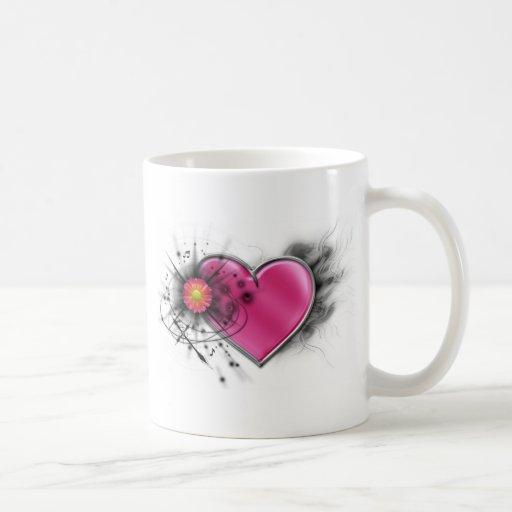Corazón elegante del eje de balancín con la cruz c taza de café