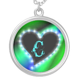 Corazón en arcos iris con letra c collar plateado