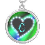 Corazón en arcos iris con letra c pendientes
