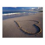 corazón en arena postal