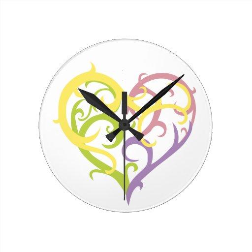 corazón en colores pastel del tatuaje de la vid reloj redondo mediano