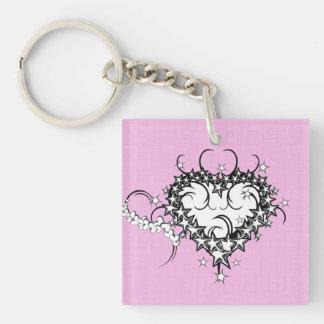 Corazón en el rosa tatuado llavero cuadrado acrílico a una cara