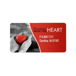 Corazón en etiquetas de las manos etiqueta de dirección