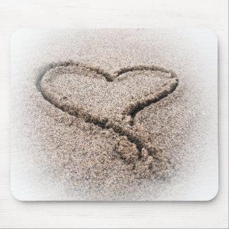 corazón en la arena alfombrillas de raton