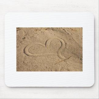 Corazón en la arena alfombrillas de ratones