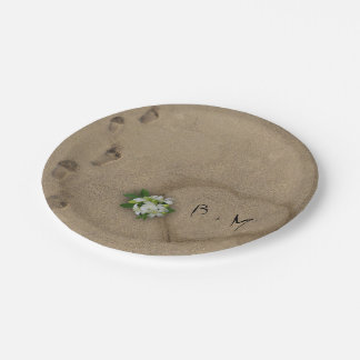 Corazón en la arena con iniciales plato de papel de 7 pulgadas