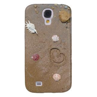 corazón en la arena con las cáscaras funda para galaxy s4