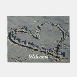 Corazón en la arena felpudo