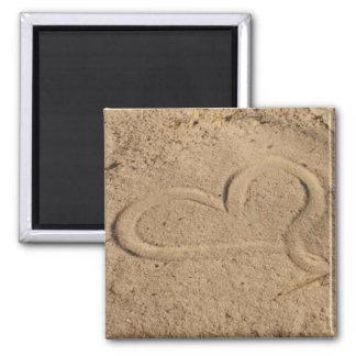 Corazón en la arena imán cuadrado