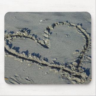Corazón en la arena mouse pads