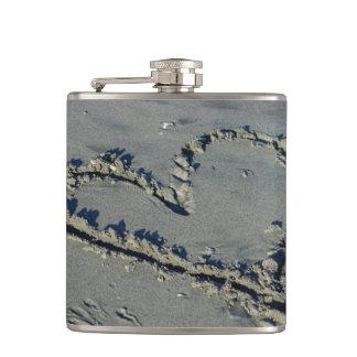 Corazón en la arena petaca