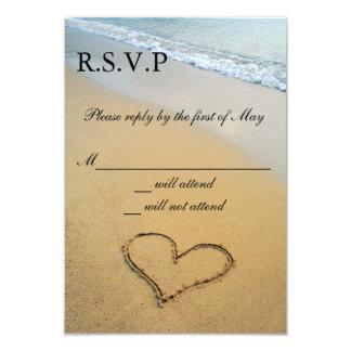 Corazón en la orilla que casa la invitación de las