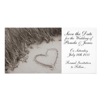 Corazón en la reserva de la arena la fecha tarjetas fotograficas personalizadas