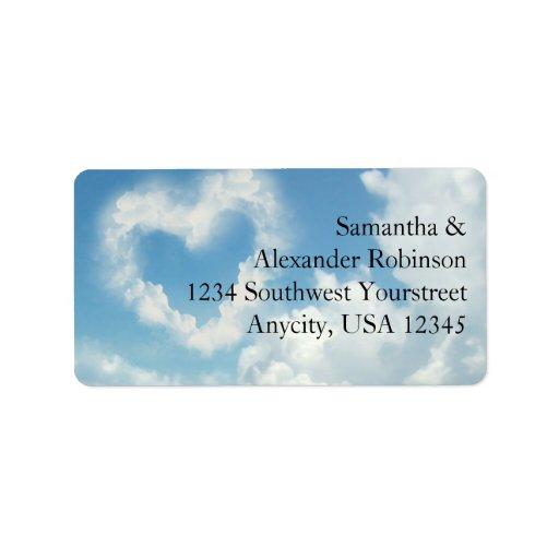 Corazón en las nubes, amor romántico del cielo azu etiquetas de dirección
