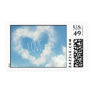 Corazón en las nubes, amor romántico del cielo timbres postales