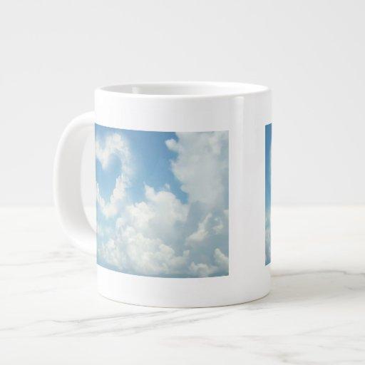 Corazón en las nubes, diseño romántico del cielo taza de café grande