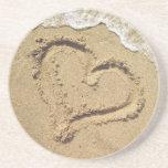 Corazón en los prácticos de costa de la arena posavasos personalizados