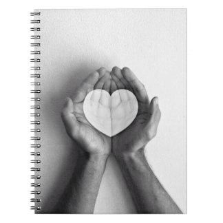 Corazón en manos spiral notebook