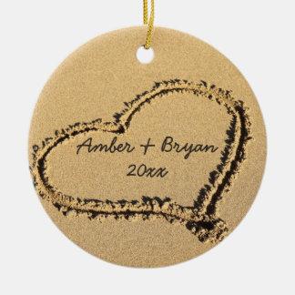 Corazón en navidad del boda de playa el 1r adorno navideño redondo de cerámica