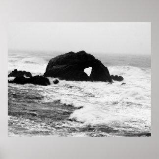 Corazón en rocas en el océano póster