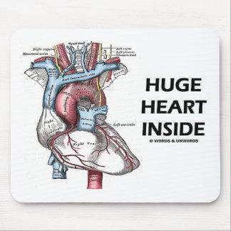 Corazón enorme dentro tapete de raton