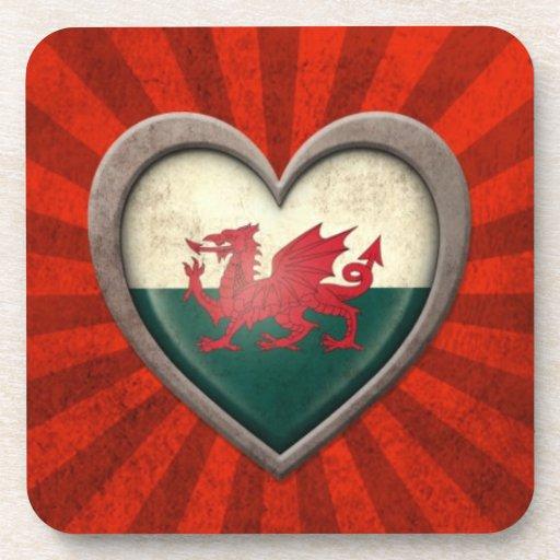 Corazón envejecido de la bandera Galés con los ray Posavaso