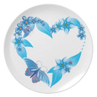 Corazón floral azul de la mariposa plato de comida