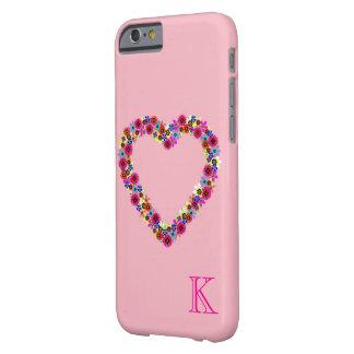 Corazón floral con monograma en rosa color de rosa funda barely there iPhone 6