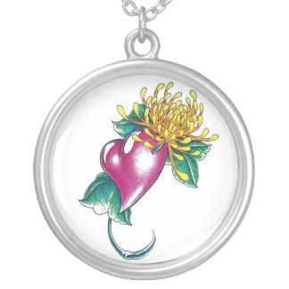 Corazón fresco con el tatuaje amarillo de la flor colgante redondo