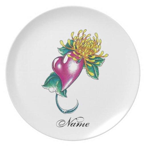 Corazón fresco con el tatuaje amarillo de la flor platos de comidas