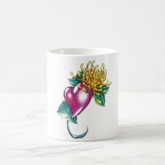 Corazón fresco con el tatuaje amarillo de la flor taza de café