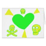 Corazón fresco con los rayos y los cráneos tarjeta