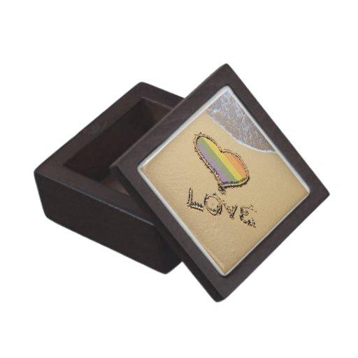 Corazón gay del amor del arco iris en la arena caja de regalo de calidad