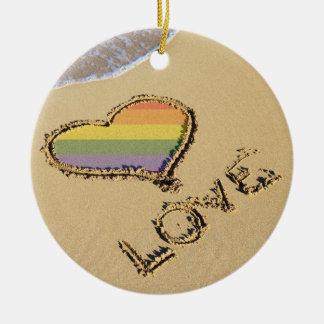 Corazón gay del amor del arco iris en la arena adornos de navidad