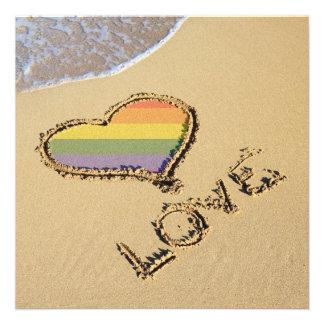 Corazón gay del amor del arco iris en la arena anuncio