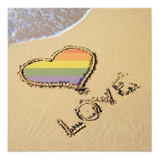 Corazón gay del amor del arco iris en la arena invitación 13,3 cm x 13,3cm