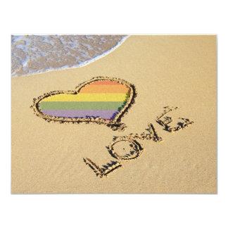 Corazón gay del amor del arco iris en la arena invitación 10,8 x 13,9 cm