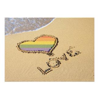 Corazón gay del amor del arco iris en la arena invitaciones personales