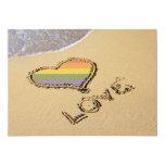 Corazón gay del amor del arco iris en la arena invitación 12,7 x 17,8 cm