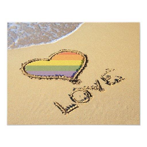"""Corazón gay del amor del arco iris en la arena invitación 4.25"""" x 5.5"""""""