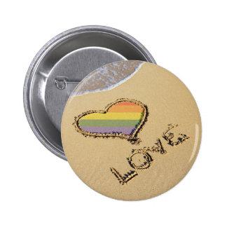 Corazón gay del amor del arco iris en la arena pin redondo 5 cm
