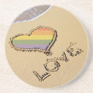 Corazón gay del amor del arco iris en la arena posavasos manualidades